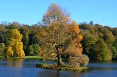 See und Autumn Colours, Stourhead-Gärten, verwelkt Lizenzfreies Stockfoto
