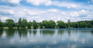 See und Bäume im Sommer Stockfoto
