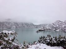 See und Berg im Schnee Stockfotografie