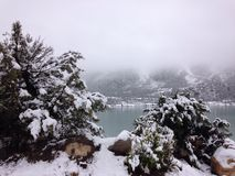 See und Berg im Schnee Stockfoto