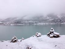 See und Berg im Schnee Stockbilder
