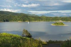 See und Berge lizenzfreie stockfotos