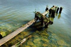 See und die alte zerstörte Anlegestelle Lizenzfreies Stockfoto