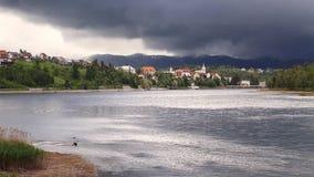 See und ein Dorf Lizenzfreies Stockbild