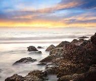 See- und Felsenhintergrund Stockfoto