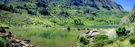 See und Grün im Berg Stockbild