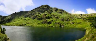 See und Grün im Berg Lizenzfreie Stockfotos