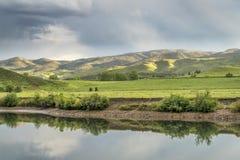 See und grüne Wiesen an den Vorbergen Lizenzfreies Stockbild