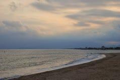See- und Himmellandschaft in Cambrils Spanien Stockfotos