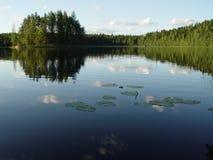 See und Holz in Finnland Lizenzfreie Stockfotos