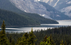 See und Schnee bedeckten Berge am stürmischen Tag mit einer Kappe Lizenzfreie Stockfotografie