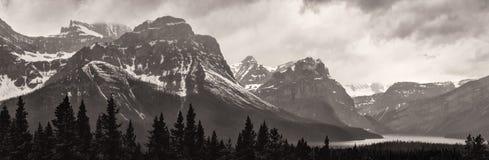 See und Schnee bedeckten Berge am stürmischen Tag mit einer Kappe Lizenzfreies Stockbild