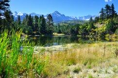 See und Schnee bedeckten Berge während der Laubjahreszeit Stockbild