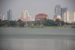 See-und Stadt-Ansicht mit Smog stockfotos