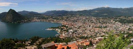 See und Stadt von Lugano Lizenzfreie Stockfotos