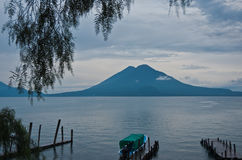 See und Vulkan Stockfotos