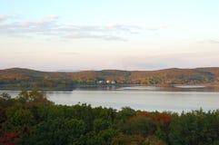 See- und Waldherbstlandschaft (Landschaft). lizenzfreie stockfotos