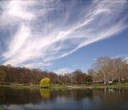 See und Wolken in der Stadt Stockbild