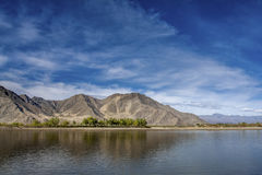 See unter Berg in Tibet Stockbilder