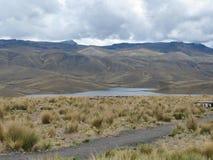 See unter den Bergen in Arequipa, Peru Stockbild