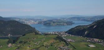 See Vierwaldstattersee, Luzerne und grünes Ackerland Stockfoto