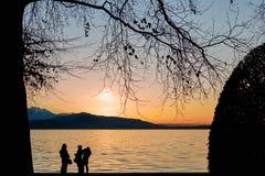 See von Zug-Sonnenuntergang mit Baum Leute Stockbilder