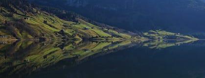 See Wagital Grünes Ackerland, das im Wasser widerspiegelt Lizenzfreie Stockfotografie