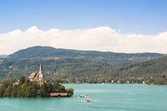 See Woerthersee mit Insel und Kirche in Österreich stockfotografie