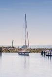 See-Yacht kommt in Hafen in ity Groemitz, Nord-Deutschland, Küste von Ostsee morgens 09 06 2016 Lizenzfreie Stockfotografie