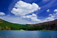 See zwischen Bergen Stockbild