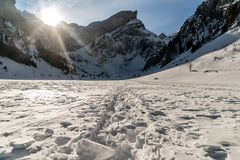Seealpsee, Schweizer Berge während des Winters mit Schritten stockbild