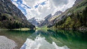 Seealpsee sjö med de schweiziska fjällängarna, Appenzeller land, Schweiz Royaltyfria Foton