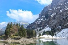 Seealpsee sjö och Santis berg, Schweiz arkivfoto