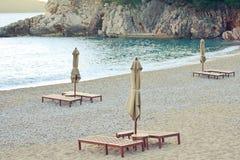 Seeansicht über den Strand, mit sunbeds und Regenschirmen Lizenzfreie Stockfotografie