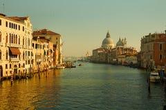 Seeansicht über großartigen Kanal Venedigs am Morgen mit historischem Architektur und Basilika della begrüßen in Italien Lizenzfreie Stockfotos