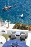 Seeansicht über Yacht von der Terrasse Santorini Griechenland Lizenzfreie Stockfotos