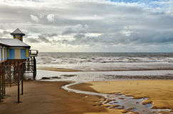 Seeansicht in Blackpool, mit sandigem Strand und Pier. lizenzfreie stockfotografie