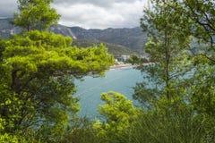 Seeansicht der Türkisfarbe vom Berg, Montenegro Das Budva Riviera Becici Lizenzfreie Stockfotos
