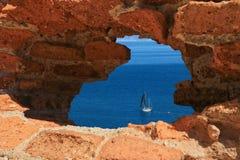 Seeansicht durch Loch in den Felsen Lizenzfreies Stockfoto