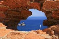 Seeansicht durch Loch in der Wand Stockfoto