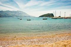 Seeansicht, heller blauer Himmel und sandiger Strand an einem sonnigen Tag Lizenzfreie Stockfotografie