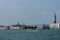 Seeansicht Marktplatz San Marco mit Glockenturm und Doge-Palast Lizenzfreies Stockfoto