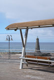 Seeansicht mit Bank und kleinem Leuchtturm Lizenzfreie Stockbilder