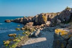 Seeansicht mit Felsenklippe Stockbild