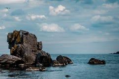 Seeansicht mit Felsenklippe Lizenzfreies Stockfoto