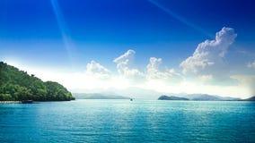 Seeansicht mit Wolken auf Horizont Lizenzfreie Stockfotografie