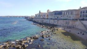 Seeansicht in Syrakus und in Küste von Insel von Ortigia Stockbilder