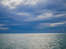 Seeansicht und bewölkter Sonnenunterganghimmel lizenzfreies stockbild