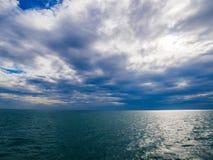Seeansicht und bewölkter Sonnenunterganghimmel stockfotografie