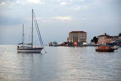 Seeansicht und Stadt in der Sonnenuntergangzeit, Kroatien, Porec stockbilder